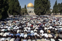 Muslims offer Friday prayers in front of the Dome of the Rock mosque in Jerusalem's Al-Aqsa compound during the fasting month of Ramadan October 14, 2005. Muslims around the world are observing Ramadan, the ninth month of Islamic calendar. REUTERS/Mahfouz Abu Turk