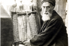 350px-Samaritan_High_Priest_and_Old_Pentateuch,_1905